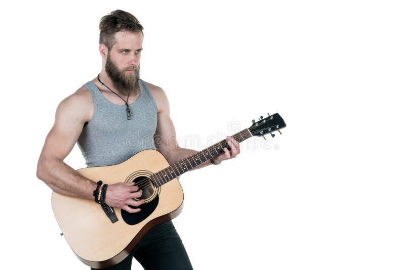 Charyzmatyczny mężczyzna z brodą trzyma gitarę akustyczną na białym odosobnionym tle, Horyzontalna rama zdjęcie royalty free