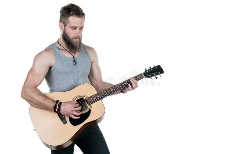 Charyzmatyczny mężczyzna z brodą trzyma gitarę akustyczną na białym odosobnionym tle, Horyzontalna rama obrazy royalty free