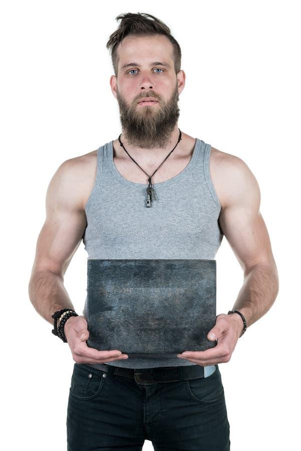 Charyzmatyczny mężczyzna z brodą trzyma pustego szarość talerza dla kopiuje przestrzeń na białym odosobnionym tle Vertical rama obraz royalty free