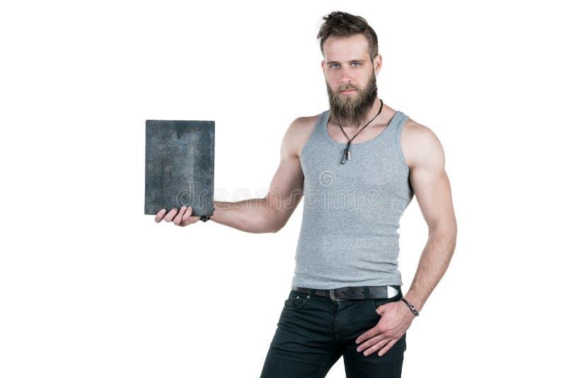 Charyzmatyczny mężczyzna z brodą trzyma pustego znaka dla odbitkowej przestrzeni na białym odosobnionym tle, Horyzontalna rama zdjęcia stock