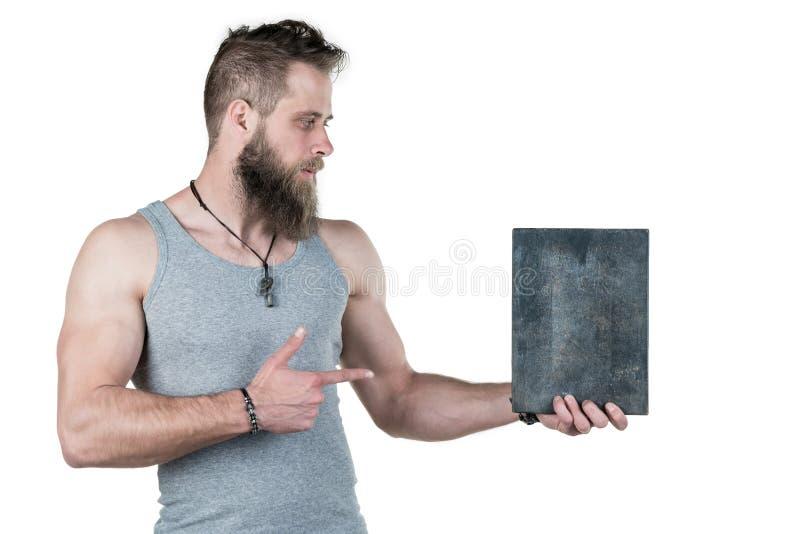 Charyzmatyczny mężczyzna z brodą trzyma pustego znaka dla odbitkowej przestrzeni na białym odosobnionym tle, Horyzontalna rama obrazy stock