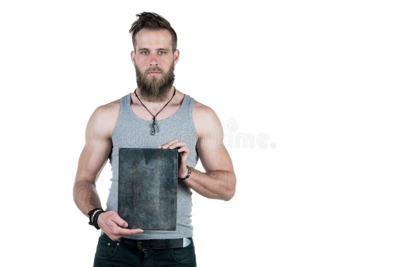 Charyzmatyczny mężczyzna z brodą trzyma pustego znaka dla odbitkowej przestrzeni na białym odosobnionym tle, Horyzontalna rama fotografia stock