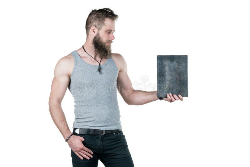 Charyzmatyczny mężczyzna z brodą trzyma pustego znaka dla odbitkowej przestrzeni na białym odosobnionym tle, Horyzontalna rama fotografia royalty free