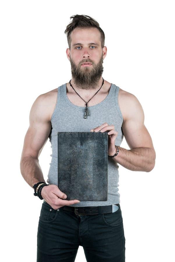Charyzmatyczny mężczyzna z brodą trzyma pustego znaka dla odbitkowej przestrzeni na białym odosobnionym tle, Vertical rama fotografia royalty free