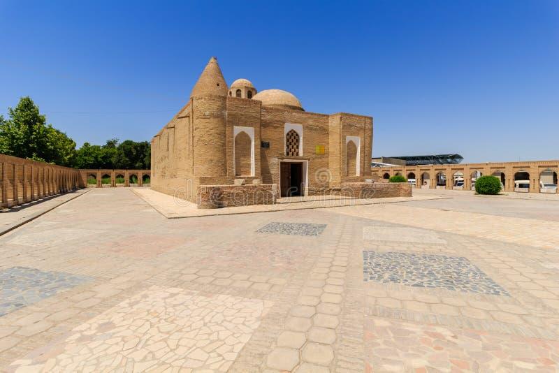 Chashma-Ayub - religiös byggnad i mitten av Bukhara, inkluderar en mausoleum och en sakral källa royaltyfri foto