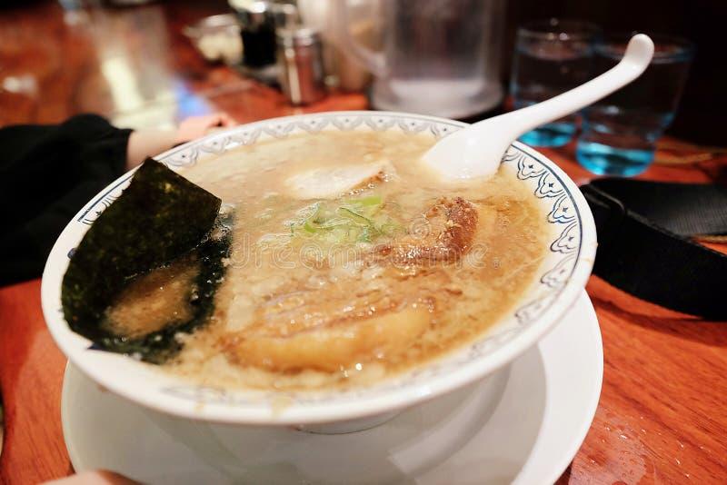 ChashuMarinated coció los ramen del cerdo servidos con alga marina resbalada y la cebolla que agrupaba japonesa foto de archivo