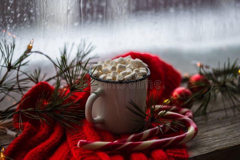 Chaskka branco do Natal com uma bebida quente do Natal pela janela fotos de stock