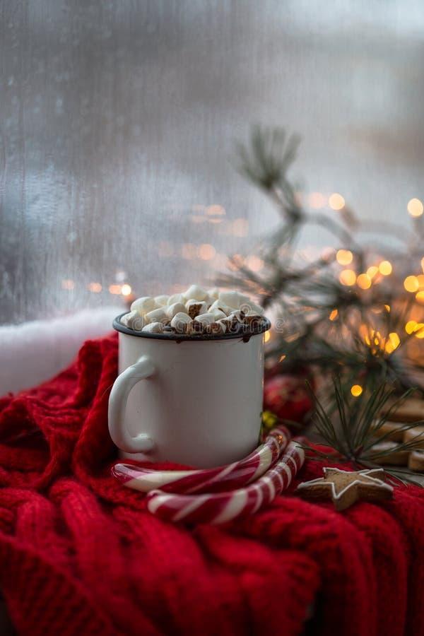 Chaskka branco do Natal com uma bebida quente do Natal pela janela imagem de stock