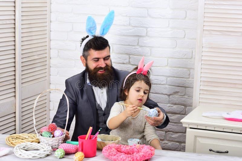 Chasse à oeufs des vacances de ressort oeufs de pâques de peinture de père et de fille Amour Pâques de famille Joyeuses Pâques En images stock