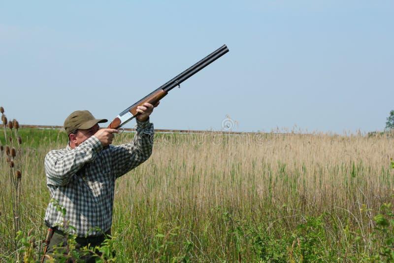 Chasse de canard sauvage de chasseur photographie stock libre de droits