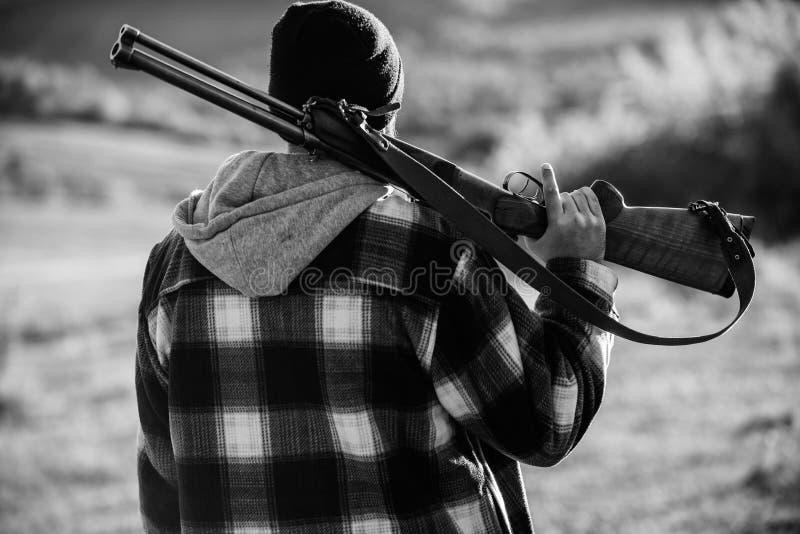 Chasse du concept masculin de loisirs de passe-temps Garde-chasse brutal de type d'homme à l'arrière-plan de nature de chapeau Br photos libres de droits