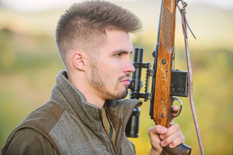 Chasse du concept masculin de passe-temps Fond brutal de nature de garde-chasse d'homme R?glement de la chasse Fusil de prise de  image libre de droits