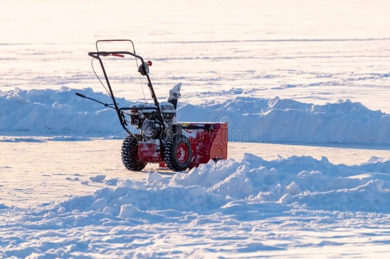 Chasse-neige manuel sur un champ de neige photo libre de droits