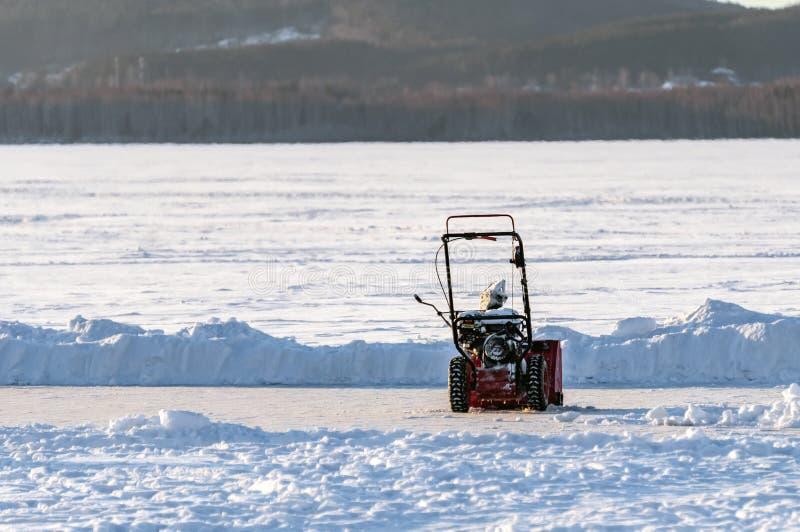 Chasse-neige manuel sur un champ de neige photos libres de droits