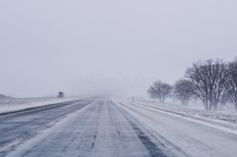 Chasse-neige sur la route photos libres de droits
