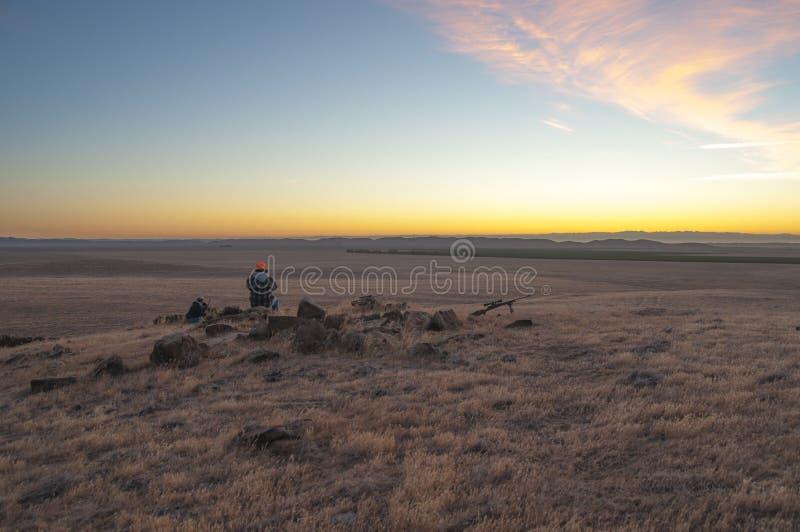 Chasseur attendant au lever de soleil pour chasser le verrat photos stock