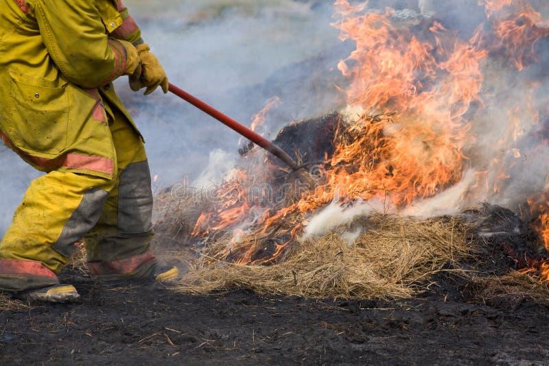 Chasseur d'incendie éteignant l'incendie. images libres de droits