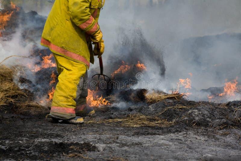 Chasseur d'incendie rural à l'incendie image libre de droits