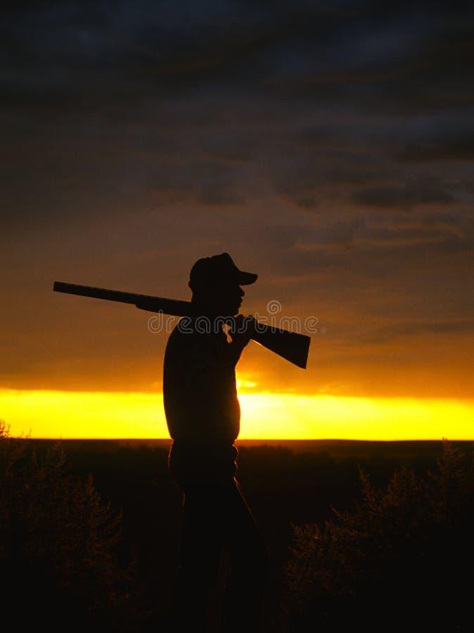 Chasseur dans le lever de soleil photos libres de droits