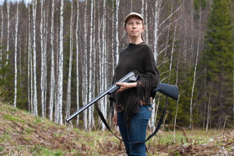 Chasseur de femme avec l'arme à feu photo libre de droits