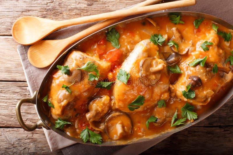 Chasseur francês home da galinha com cogumelos e fim-u dos tomates fotografia de stock