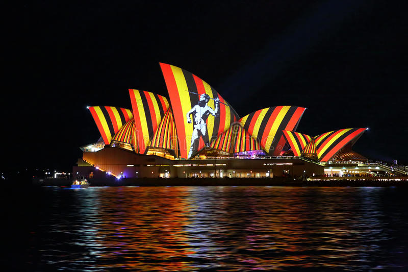 Chasseur indigène sur Sydney Opera House Vivid Sydney images stock