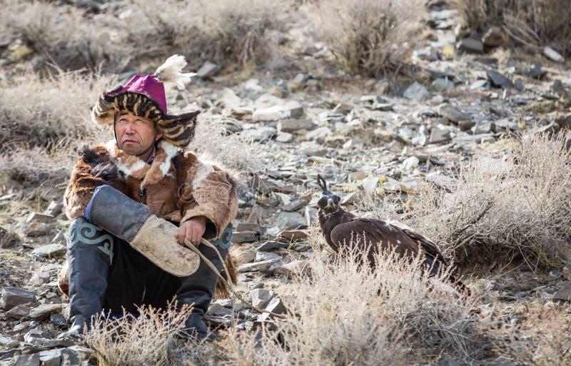 Chasseur kazakh d'aigle avec son aigle photos stock