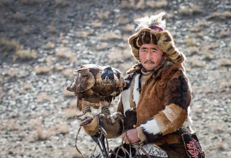 Chasseur kazakh d'aigle sur son cheval images libres de droits