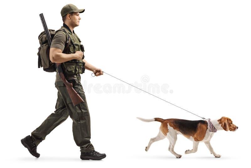 Chasseur marchant avec un chien de briquet sur une laisse images stock