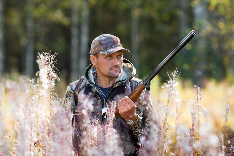 Chasseur sur la chasse image stock