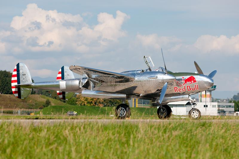Chasseurs de la deuxième guerre mondiale de foudre de Lockheed P-38 exploités par la collection volante de taureaux images stock