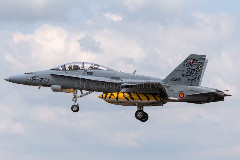 Chasseurs polyvalents de l'Armée de l'Air d'Ejercito de del de frelon espagnol de l'Aire McDonnell Douglas EF-18B CE15-01 photos stock