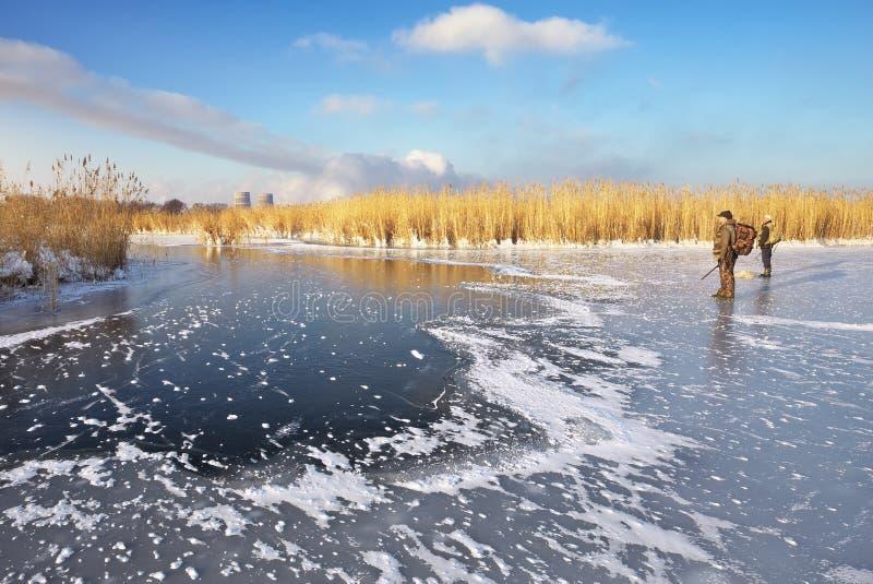 Chasseurs sur la victime de attente d'étang de glace photos libres de droits
