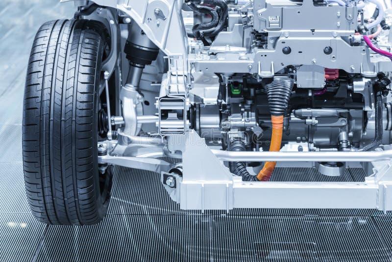 Chassi av den elektriska hybrid- bilen med powertrain Bilunderhåll Tonade blått royaltyfri foto