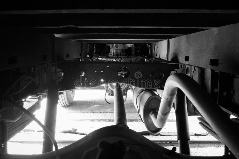 Chassi av den gamla lastbilen Monokrom stil arkivbild