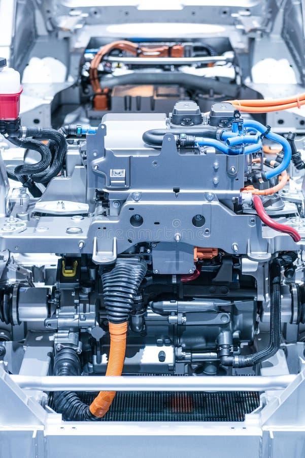 Chassi av elbilen med powertrain- och maktanslutningscloseupen Tonade blått royaltyfria bilder