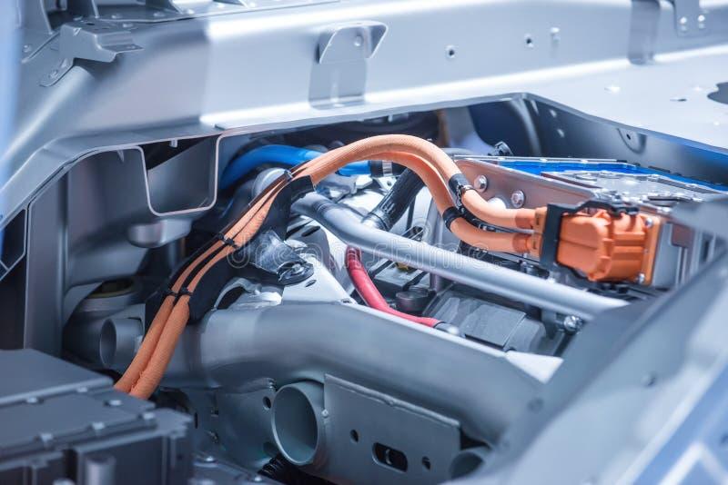 Chassi av elbilen med powertrain- och maktanslutningscloseupen Tonade blått royaltyfri foto