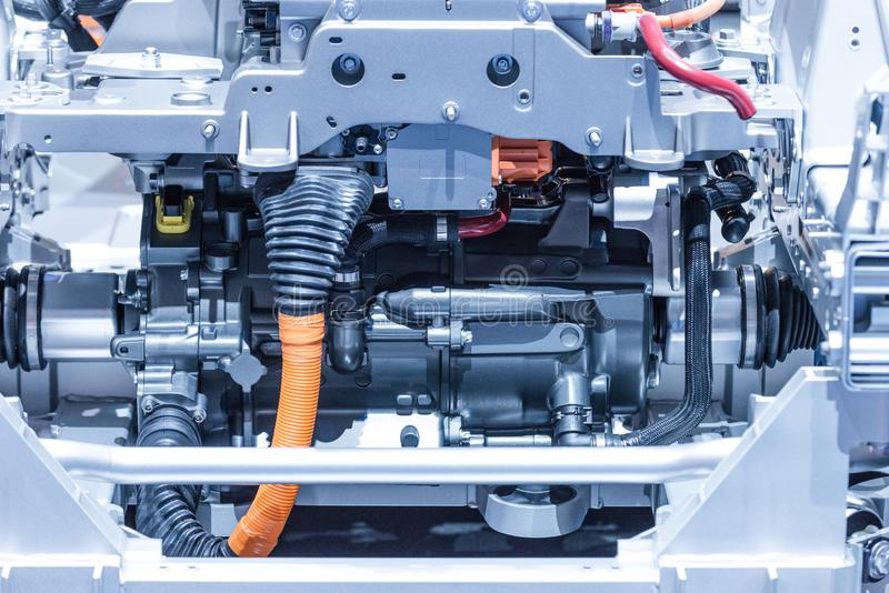 Chassi av elbilen med powertrain- och maktanslutningscloseupen Tonade blått royaltyfria foton