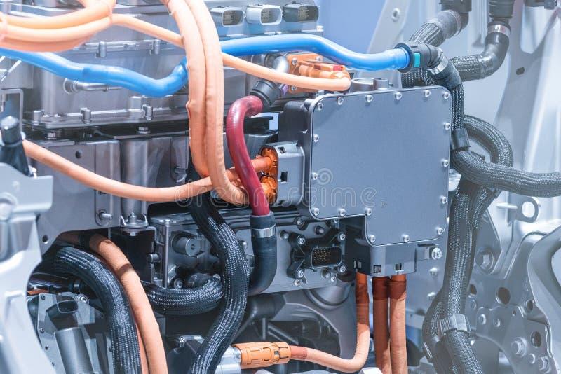 Chassi av elbilen med powertrain- och maktanslutningscloseupen Tonade blått arkivfoto