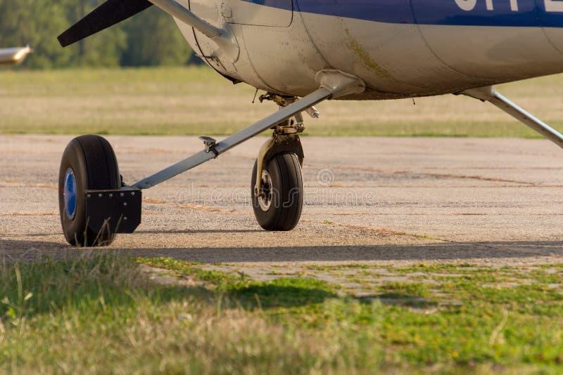 Chassi av sportflygplan och gräs royaltyfri fotografi