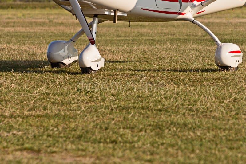 Chassi av sportflygplan och gräs fotografering för bildbyråer