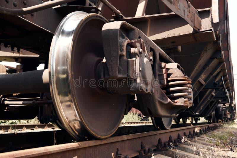 Chassi, hjul av en järnväg bil, stänger - begreppet av trans. och sändnings royaltyfri foto