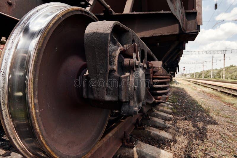 Chassi, hjul av en järnväg bil, stänger - begreppet av trans. och sändnings royaltyfri fotografi