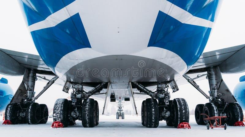 Chassilastflygplan Boeing 747 Flygplats i vinter arkivfoto
