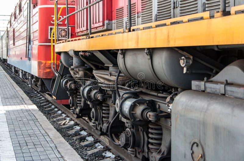 Chassis van de locomotief De wielen van een moderne locomotief Het concept de vervoerindustrie stock foto's