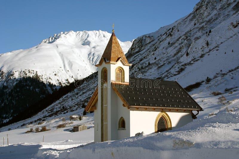 Chassoirs de neige d'église d'Ischgl Autriche photographie stock