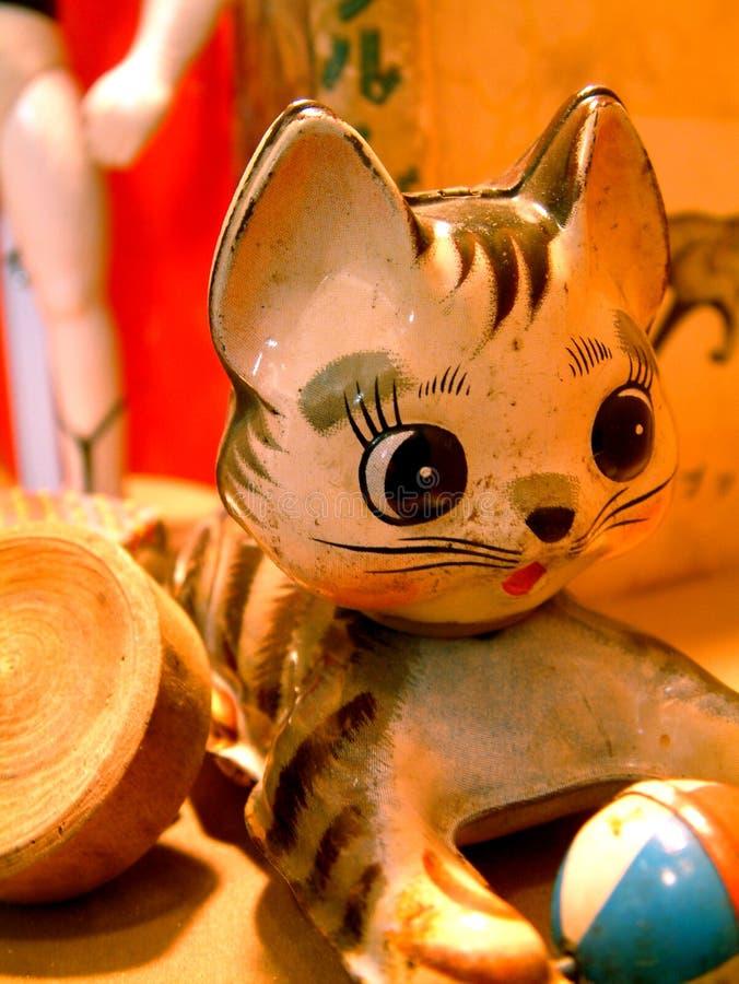 Chat de Kitty de jouet de cru avec une bille photographie stock libre de droits