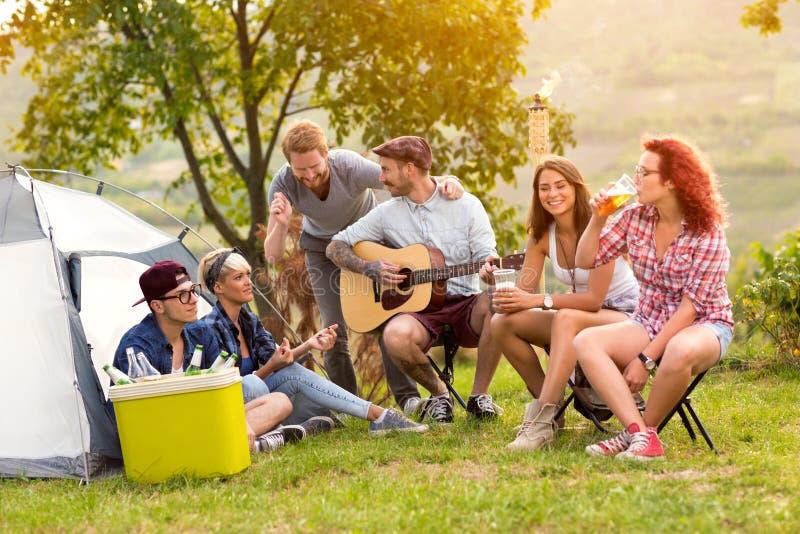 Chat der jungen Leute vor Zelt stockfoto