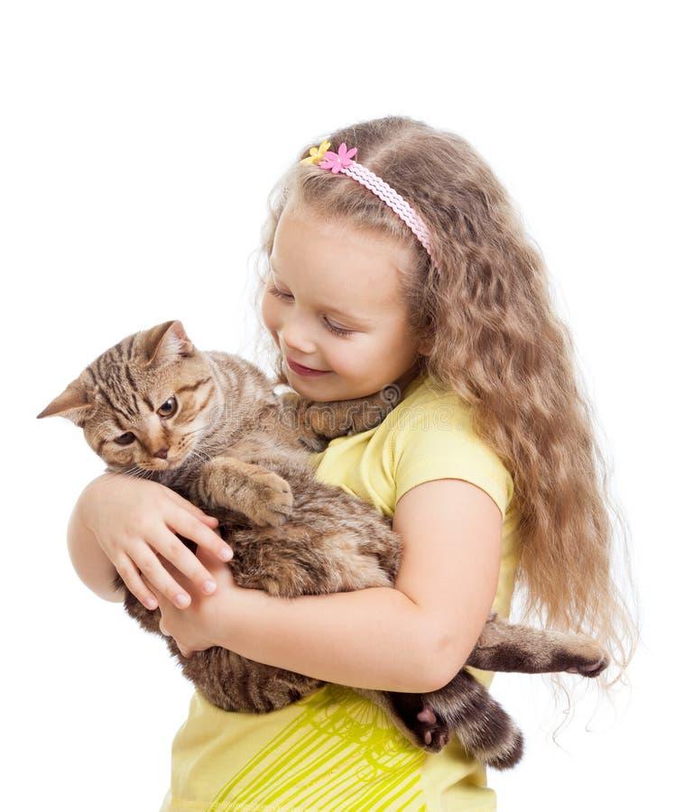 Chat heureux de fixation de fille d'enfant d'isolement sur le blanc photo stock