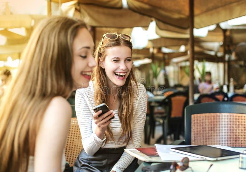 Chat zwischen Freunden stockfotos